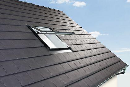 Ein Hausdach mit einem geöffneten Dachfenster