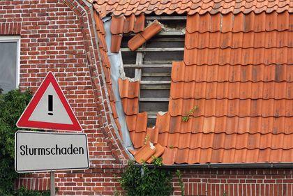 Von einem Sturm beschädigtes Dach