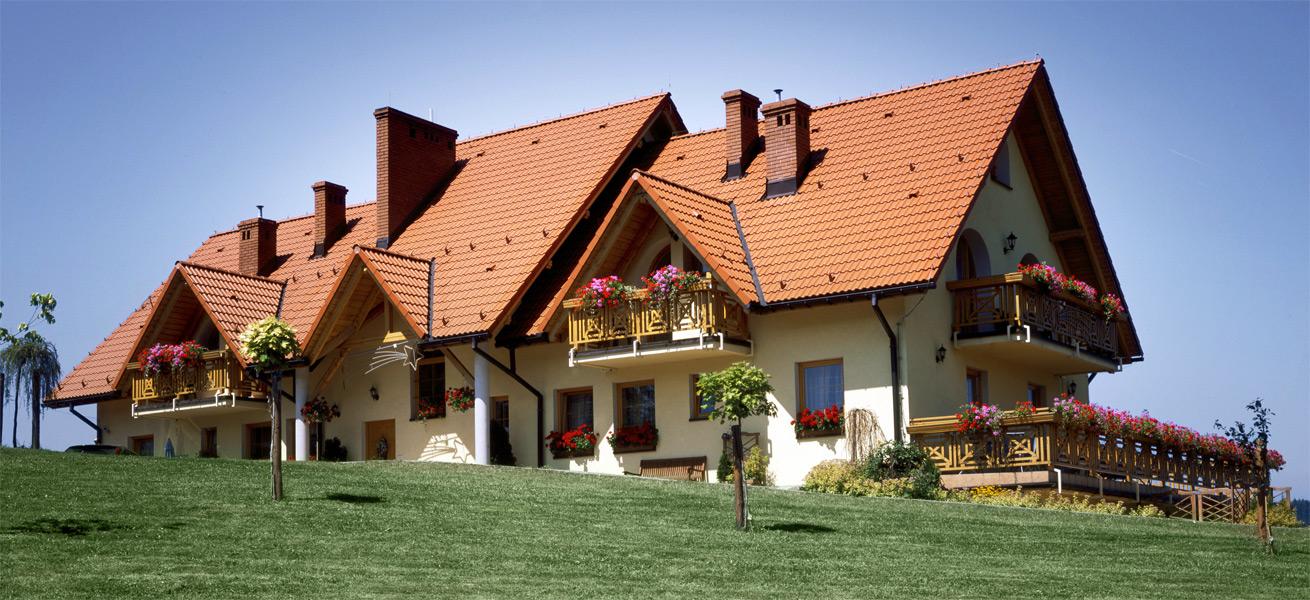Ein großes schönes Haus mit aufwendigem Dach