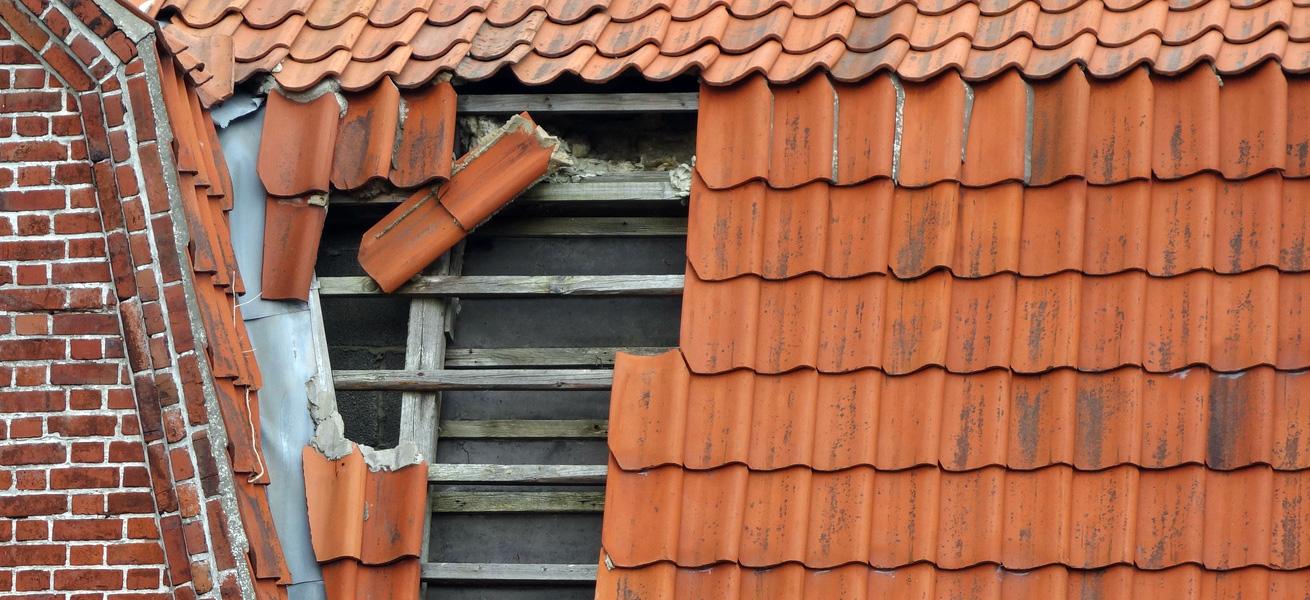 Ein beschädigtes Hausdach